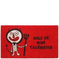 """Felpudo rojo con frase """"Aquí se vive calentito"""" 70x40cm"""